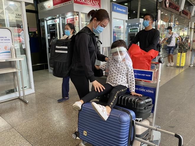 Hành khách xếp hàng dài ở sân bay Tân Sơn Nhất để đổi trả vé Tết vì dịch Covid-19 - Ảnh 8.