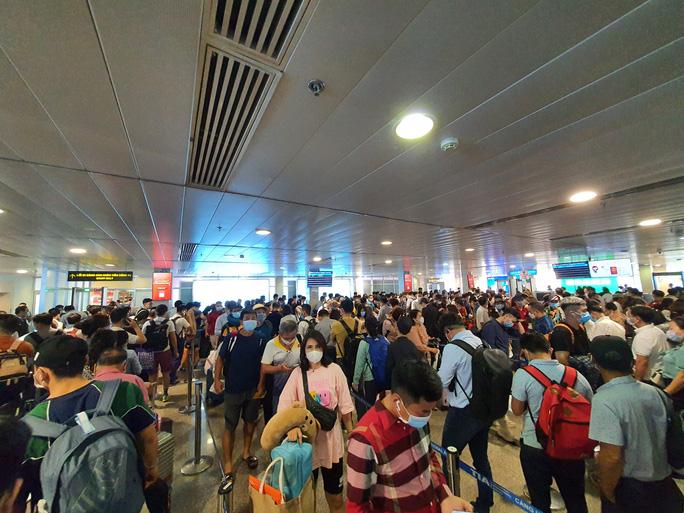 Hành khách tăng đột biến, sân bay Tân Sơn Nhất lại quá tải dịp cuối tuần - Ảnh 2.