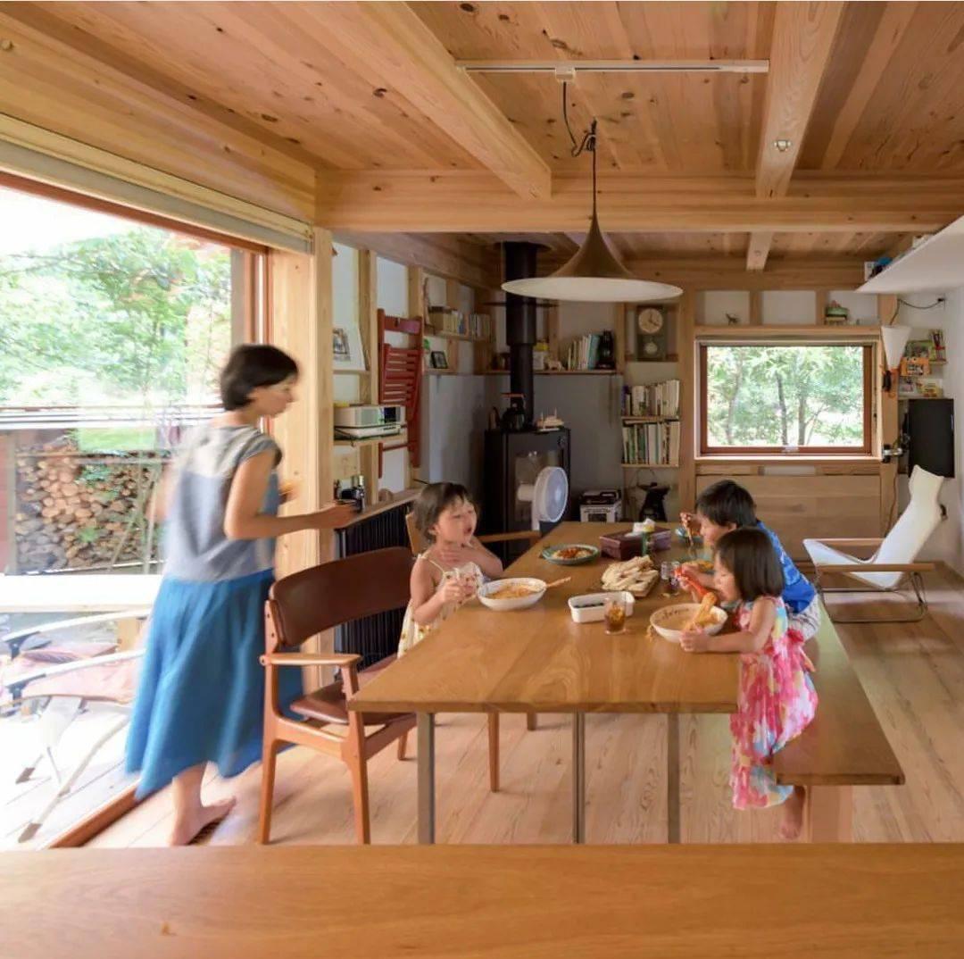 Bỏ phố về vùng nông thôn, gia đình 5 người biến cuộc sống trong ngôi nhà gỗ thành thiên đường ai cũng ước mơ - Ảnh 2.
