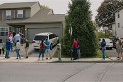 Có tiền cũng không mua được nhà ở ngoại ô, khách hàng bật khóc vì đấu thầu trong bất lực