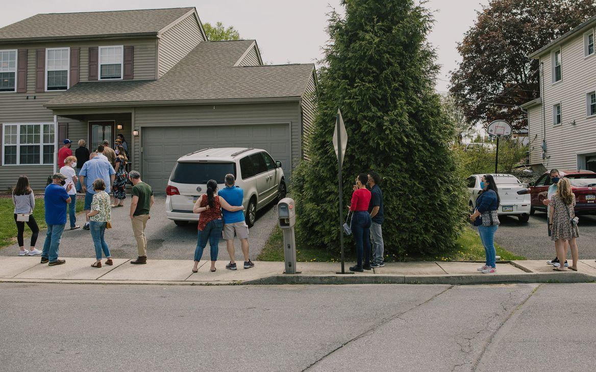 Sốt bất động sản điên cuồng ở Mỹ: Có tiền cũng không mua được nhà ở ngoại ô, khách hàng bật khóc vì đấu thầu trong bất lực