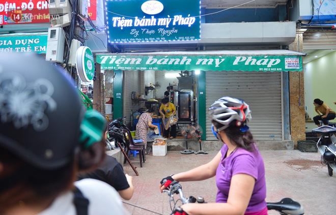 Cận cảnh phiên chợ chống dịch Covid-19 ở Hà Nội: Người dân bỏ tiền vào xô, nhận đồ ở chậu - Ảnh 11.