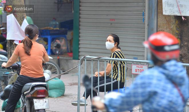 Cận cảnh phiên chợ chống dịch Covid-19 ở Hà Nội: Người dân bỏ tiền vào xô, nhận đồ ở chậu - Ảnh 14.