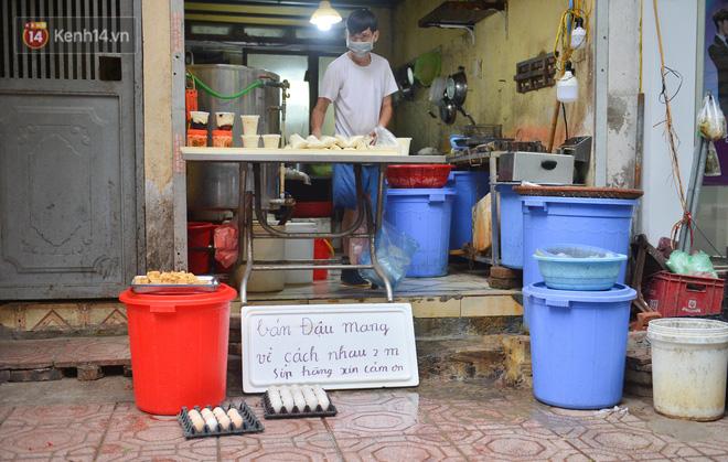 Cận cảnh phiên chợ chống dịch Covid-19 ở Hà Nội: Người dân bỏ tiền vào xô, nhận đồ ở chậu - Ảnh 3.