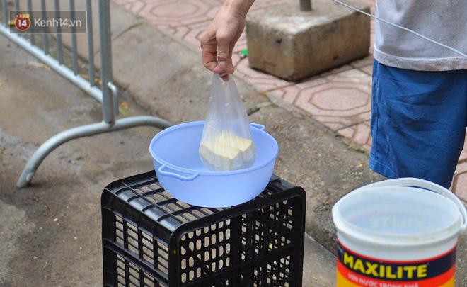 Cận cảnh phiên chợ chống dịch Covid-19 ở Hà Nội: Người dân bỏ tiền vào xô, nhận đồ ở chậu - Ảnh 5.