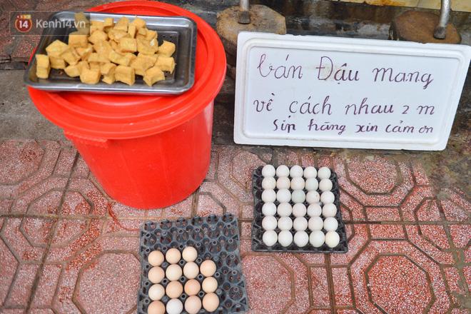 Cận cảnh phiên chợ chống dịch Covid-19 ở Hà Nội: Người dân bỏ tiền vào xô, nhận đồ ở chậu - Ảnh 7.