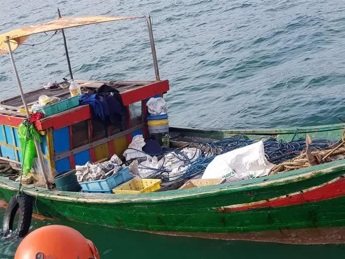 3 ngư dân bất ngờ phát hiện kho báu kim loại dưới đáy biển Quảng Bình - Ảnh 2.