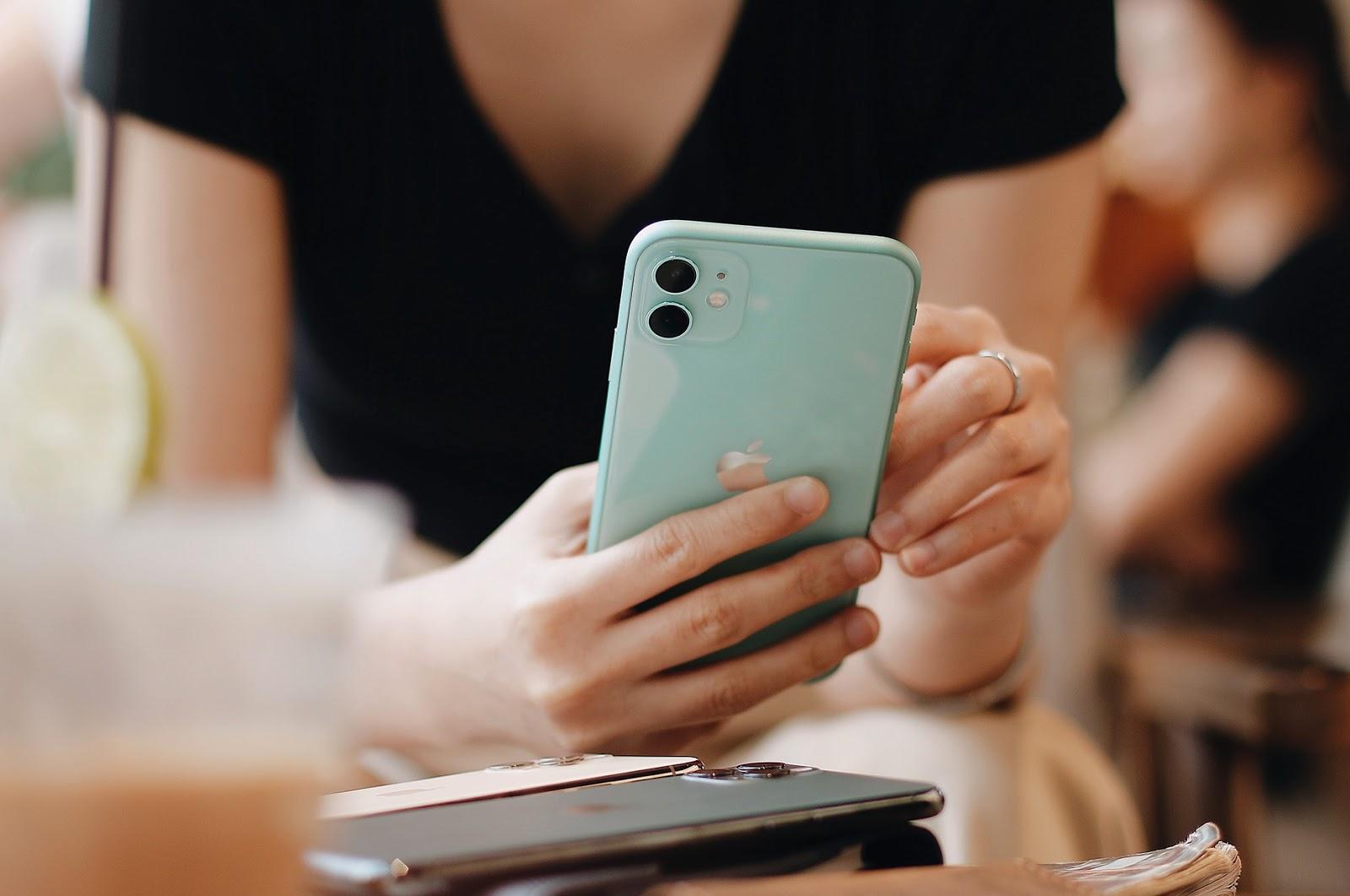 Sau giảm giá, chiếc iPhone này tăng doanh số 10-20 lần, muốn mua phải xếp hàng đợi - Ảnh 1.