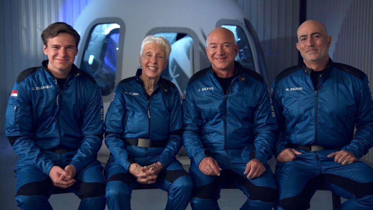 Kéo dài đúng 10 phút 10 giây, chàng trai 18 tuổi đốt 1,5 tỷ đồng mỗi giây cho chuyến du hành không gian chớp nhoáng cùng Jeff Bezos - Ảnh 1.
