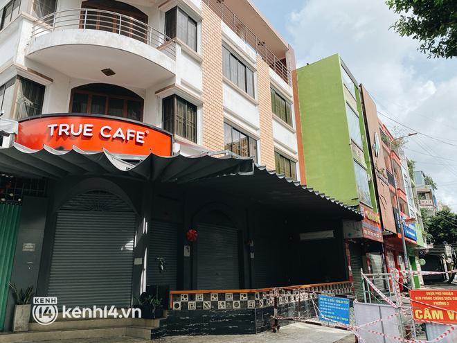 Ảnh: Nhiều quán cafe nổi tiếng, cơm tấm Sài Gòn vẫn trong tình trạng ngủ đông dù được bán mang về - Ảnh 11.