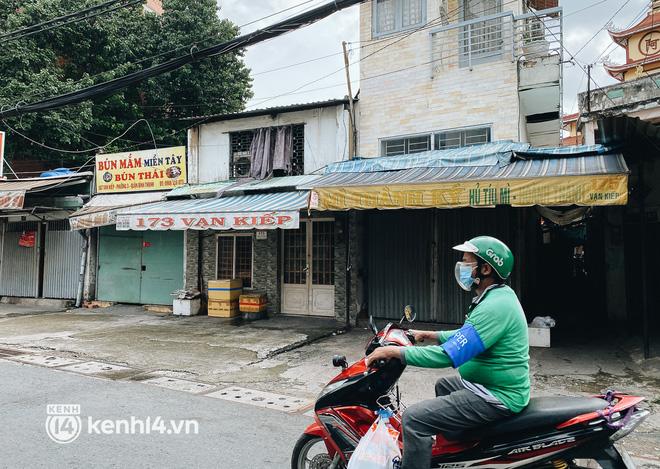 Ảnh: Nhiều quán cafe nổi tiếng, cơm tấm Sài Gòn vẫn trong tình trạng ngủ đông dù được bán mang về - Ảnh 12.