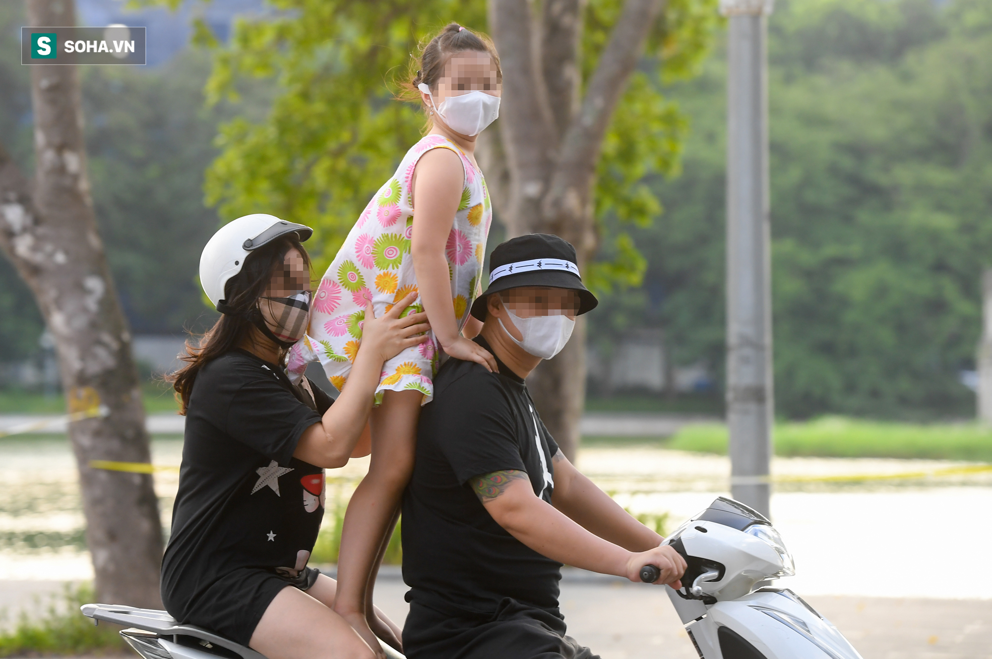 Ra đường mùa dịch: Nhiều người ở Hà Nội nhớ khẩu trang nhưng quên luật giao thông - Ảnh 3.
