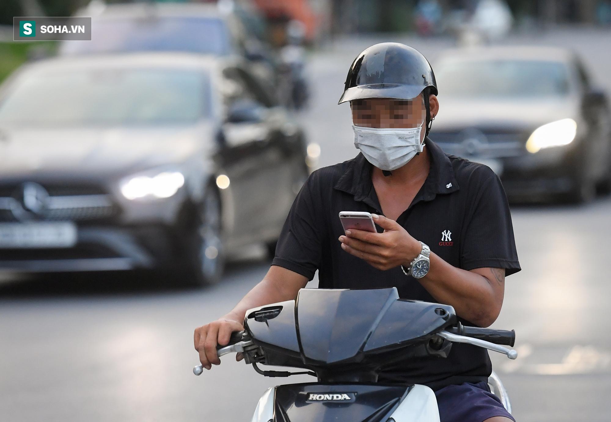 Ra đường mùa dịch: Nhiều người ở Hà Nội nhớ khẩu trang nhưng quên luật giao thông - Ảnh 7.