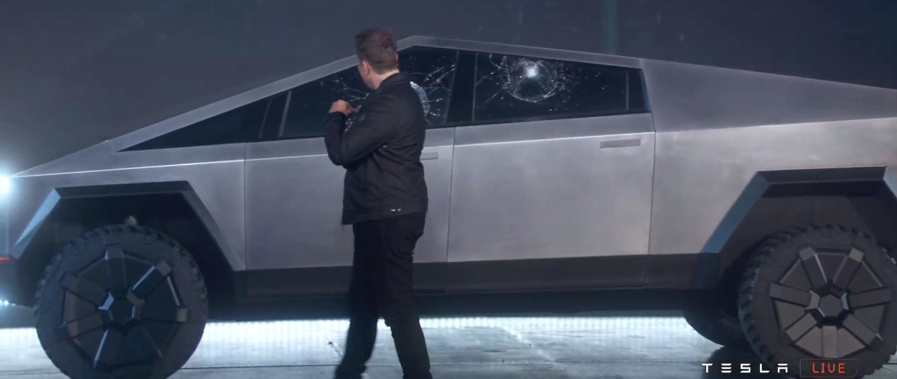 Những cánh cửa của Tesla Cybertruck bị vỡ ngay sau khi ném bi sắt