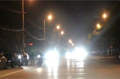 Ô tô, xe máy bật đèn pha trong thành phố bị phạt bao nhiêu tiền?