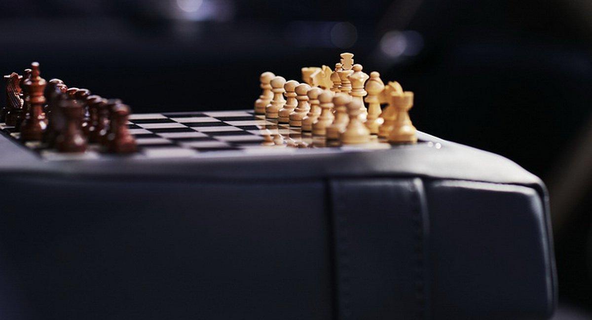 Bộ cờ vua trên Bentley Bentayga phiên bản Businessman