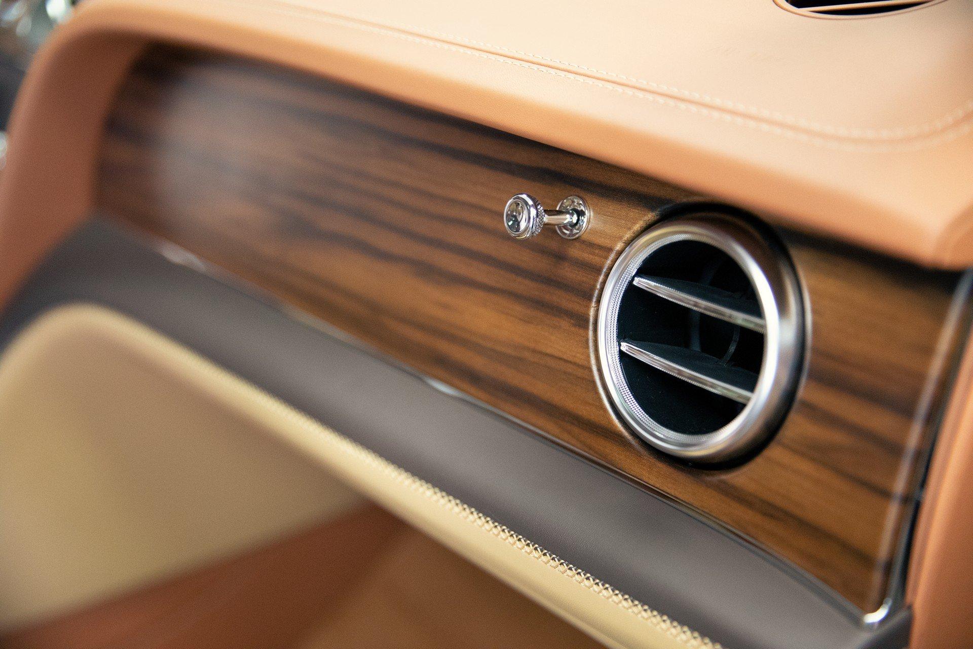 Gỗ sồi cháy sử dụng trong xe Bentley Bentayga Stetson