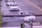 Cột điện đổ đè nát xe Audi
