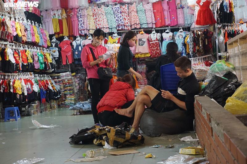 'Đói' hàng, vắng khách, tiểu thương chợ Đồng Xuân chỉ bán hàng nửa buổi - 5
