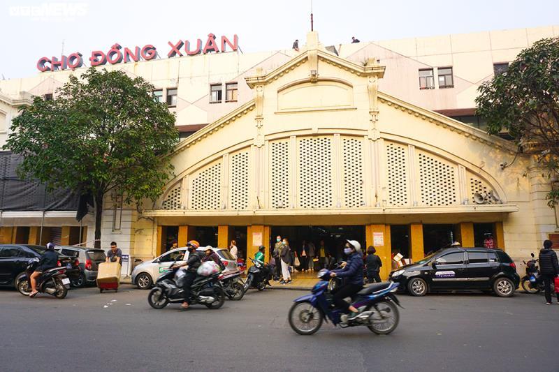 'Đói' hàng, vắng khách, tiểu thương chợ Đồng Xuân chỉ bán hàng nửa buổi - 1