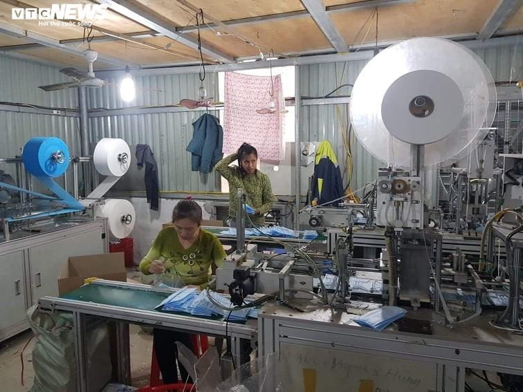 Ảnh: Cảnh sản xuất khẩu trang lộn xộn, nghi kém chất lượng ở Bắc Ninh - 3