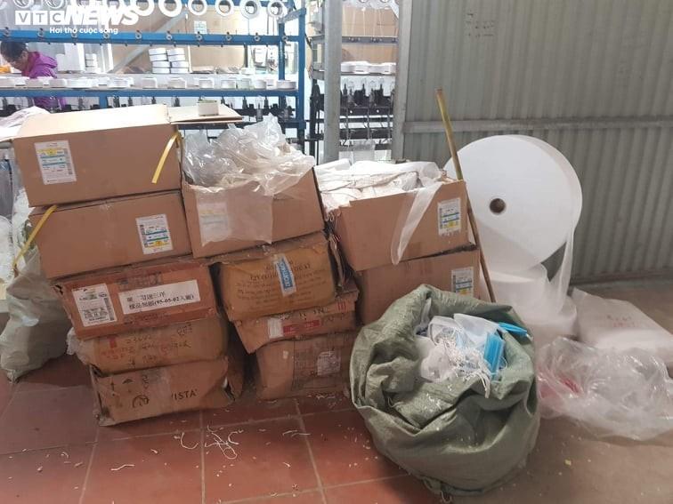 Ảnh: Cảnh sản xuất khẩu trang lộn xộn, nghi kém chất lượng ở Bắc Ninh - 2