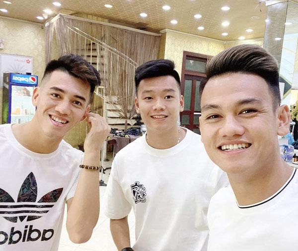 Các cầu thủ U23 Việt Nam thi nhau cắt tóc