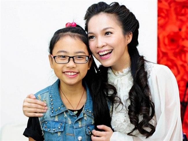Phương Mỹ Chi đăng quang ngôi vị Á quân Giọng hát Việt nhí khi là thành viên của đội Hiền Thục. Tới ngày 10/10/2013, giọng ca nhí chính thức đầu quân về công ty của Quang Lê, nhận nam ca sĩ làm ba nuôi.
