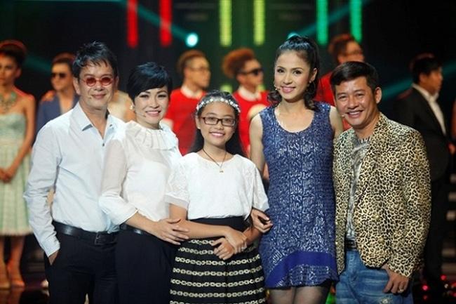 Cô bé còn được mời làm giám khảo nhí trong một cuộc thi trên sóng truyền hình, bên cạnh những gương mặt tên tuổi.