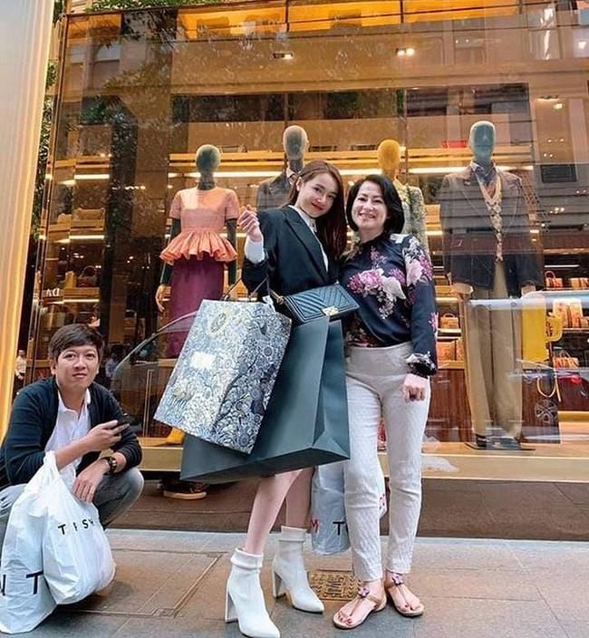 Sau khi kết hôn, danh hài 8X dành nhiều thời gian cho gia đình. Cách đây không lâu, anh gây chú ý khi đưa vợ đi du lịch nước ngoài và mua sắm hàng hiệu.
