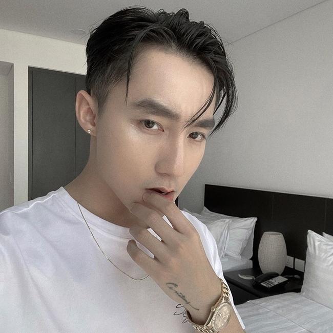 Ở tuổi 25, ngoài vai trò ca sĩ, Sơn Tùng M-TP còn được biết đến là Chủ tịch công ty giải trí M-TP Entertainment. Ngoài M-TP Entertainment, Sơn Tùng còn thành lập 2 công ty giải trí khác có cùng thương hiệu, là M-TP Talent và M-TP & Friends.