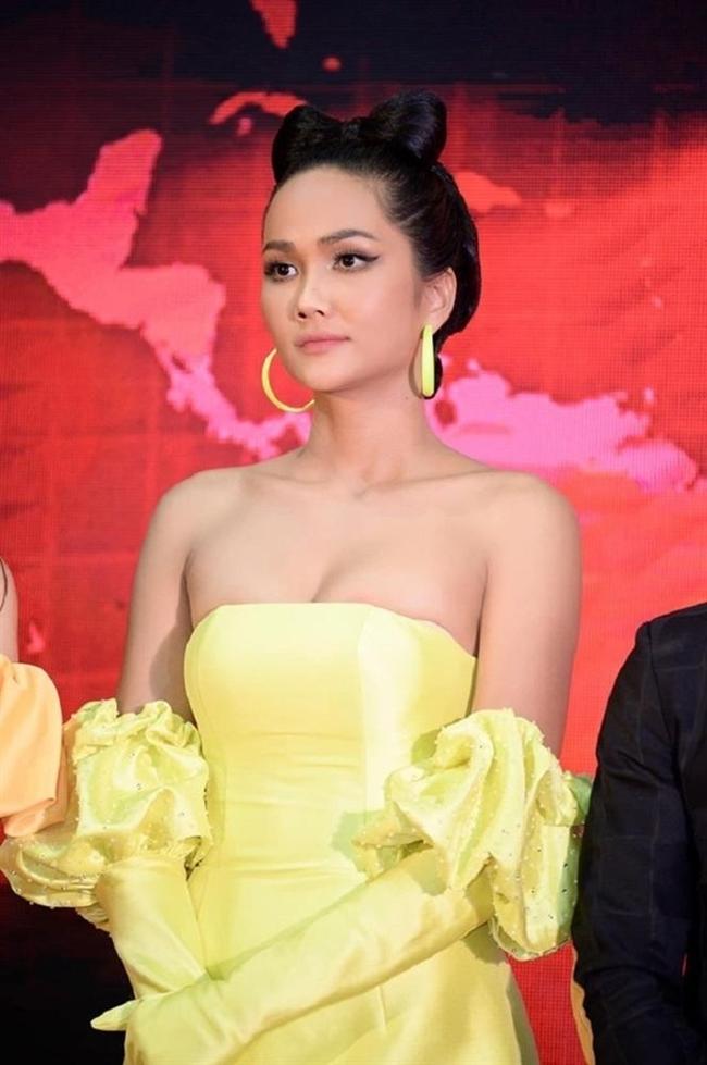 Ngoài dự sự kiện, H'Hen Niê thỉnh thoảng xuất hiện trên sàn calwalk với vai trò vedette. Hiện, cô đang là gương mặt vàng được nhiều thương hiệu lớn lựa chọn vì giữ hình ảnh sạch, nói không với scandal.