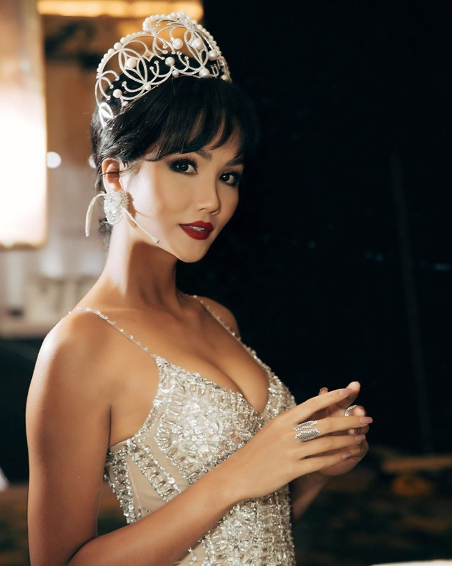 2019 là một năm thành công của Hoa hậu H'Hen Niê. Không chỉ được người hâm mộ yêu mến, chân dài Ê-đê còn rất đắt show sự kiện, quảng cáo, tham gia các chương trình truyền hình. Được biết, cát-xê dự sự kiện của Hoa hậu 9X ở vào mức từ 5.000 - 10.000 USD, hoặc hơn nữa tùy theo tính chất công việc dành cho đối tác.