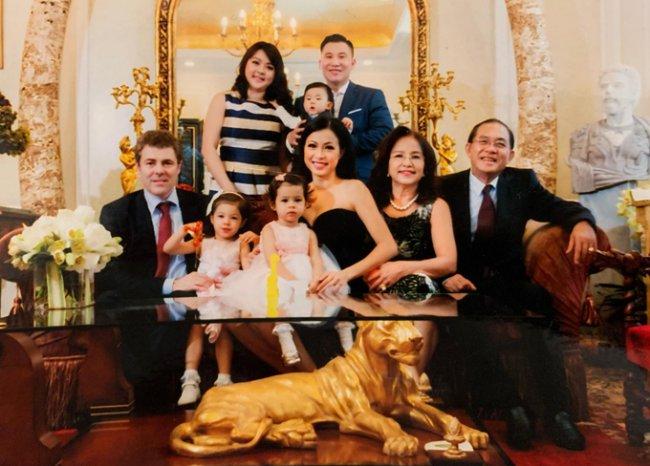 Đại gia đình của Ngô Mỹ Uyên bên căn căn biệt thự dát vàng có giá 300 tỷ.