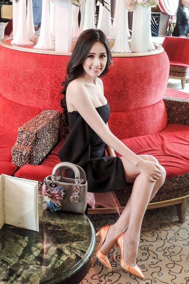 Đồng thời, Hoa hậu còn làm chủ một công ty nhỏ với khoảng 40 nhân viên, hoạt động kinh doanh đa ngành.