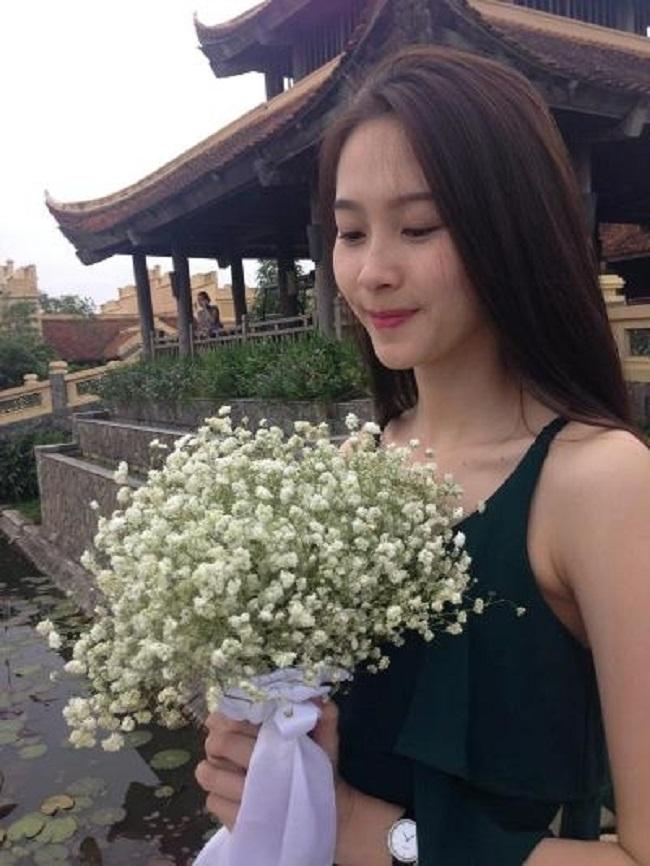 Bảo Linh từ lâu đã nổi tiếng là con gái xinh đẹp của danh hài Xuân Hinh nhưng hình ảnh về cô rất hiếm xuất hiện trên mặt báo. Danh hài xứ Bắc cho biết, ông không muốn chia sẻ nhiều về người thân để gia đình tránh gặp chuyện thị phi.