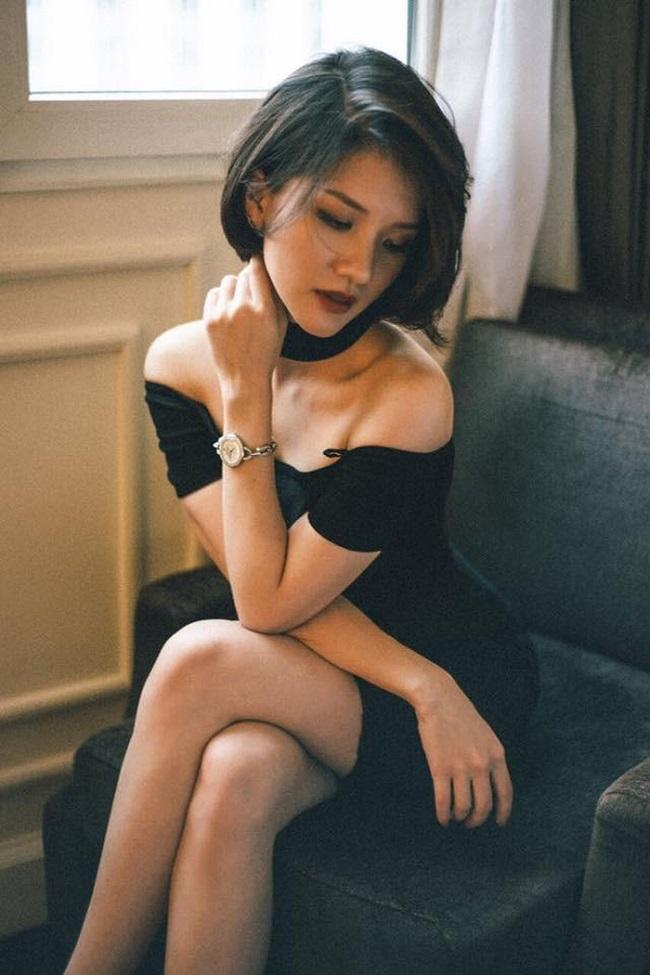 Cô nàng cũng không ngại biến hóa các phong cách mới mẻ với những bộ trang phục vừa gợi cảm lại vừa cá tính.