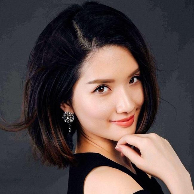 Đôi mắt sắc sảo cùng đường nét thanh tú là lợi thế giúp Huyền Trang dễ dàng gây ấn tượng với người đối diện.