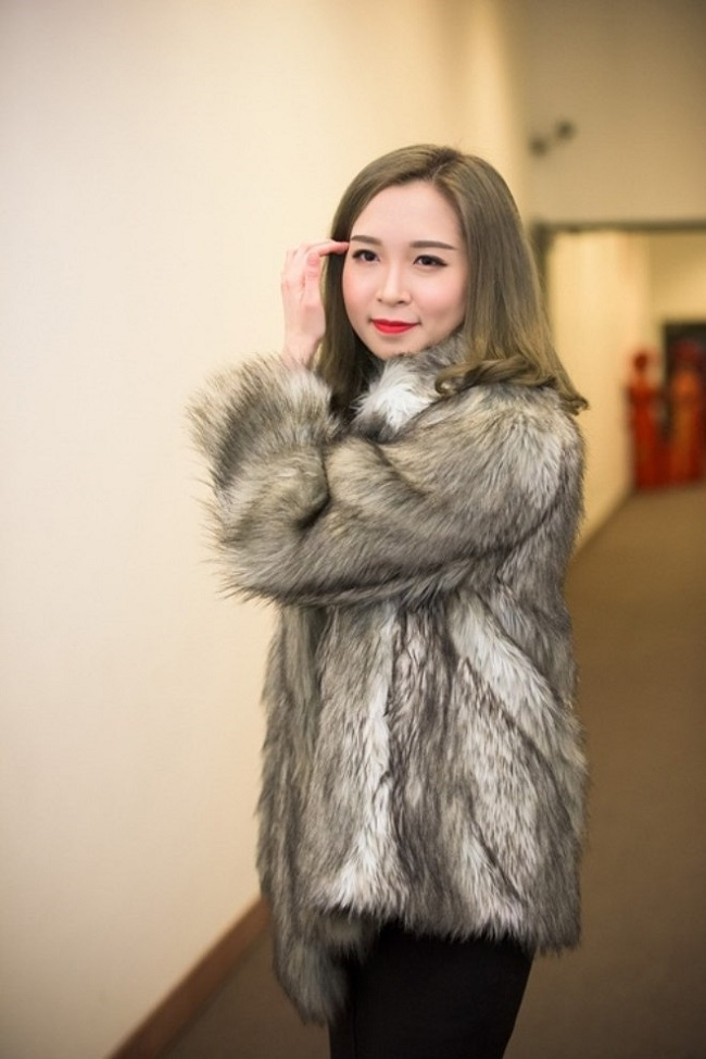 Bảo Linh sở hữu ngoại hình xinh đẹp, dịu dàng không thua kém những hot girl đình đám. Cô nàng ăn mặc sành điệu và nổi bật bởi làn da trắng muốt.