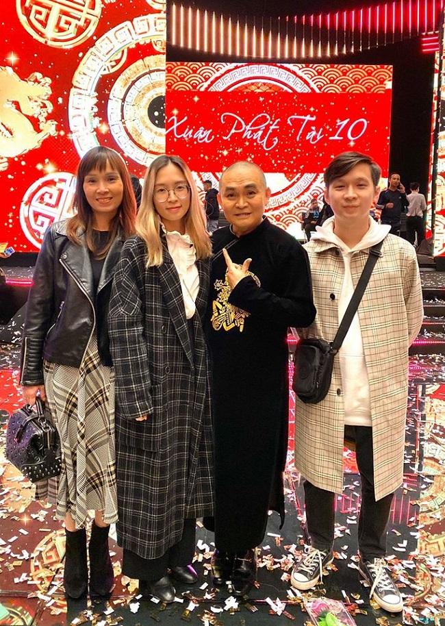 """Mới đây, Bảo Linh cùng mẹ và em trai vừa xuất hiện tại buổi biểu diễn của Xuân Hinh trong chương trình Xuân Phát Tài 10. Nam nghệ sĩ cho biết gia đình chính là """"những khán giả lâu năm"""", luôn ủng hộ các hoạt động nghệ thuật của ông."""