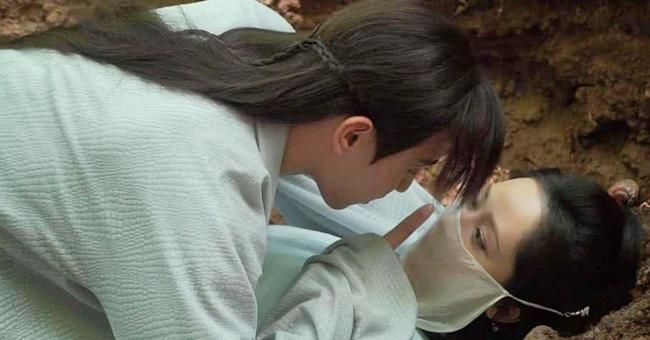 """Đặng Luân - bạn diễn của cô trong """"Hương mật tựa khói sương"""" cho biết, sau khi hoàn thành cảnh hôn, anh cảm thấy có mùi hăng của sầu riêng hoặc tỏi."""
