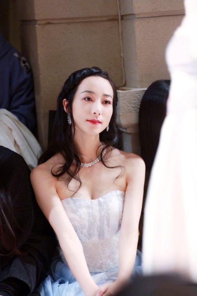 Diễn viên sinh năm 1983 xuất thân trong gia đình quân nhân ở Tô Châu, ông nội cô làHàn Thự - mộtcựu cán bộ cao cấp trong quân đội, bố mẹ cô đều là những người có địa vị cao trong xã hội.