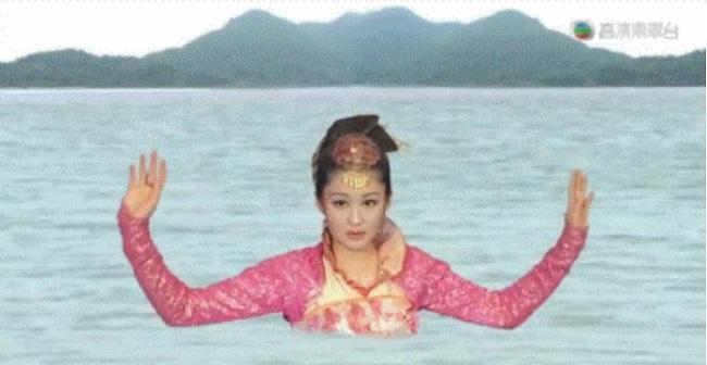 """Cảnh tiên cá biến hình trong """"Vô song phổ"""" của đài TVB được nhận xét có phong cách chẳng khác gì thời """"Tây Du Ký"""" (1986). Xem phân cảnh này, khán giả không biết nên gọi Lý Ngư Tinh là tiên cá hay yêu quái nữa?"""