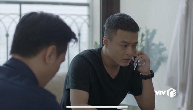 Cấp cứu cho nạn nhân thành công, Khánh và Đông Hòa có cuộc gặp tại nhà riêng. Trong lúc trò chuyện, Khánh nhận được một cuộc gọi lạ. Khi nghe điện thoại, màn hình của chàng cảnh sát không giống đang thực hiện cuộc gọi. Có vẻ anh đang nói chuyện với... màn hình nền điện thoại thì đúng hơn.