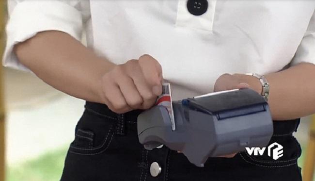 Ở tập 29, Vũ đã đưa thẻ thanh toán tiền điện chứ không phải thẻ ngân hàng để cho nhân viên quẹt.