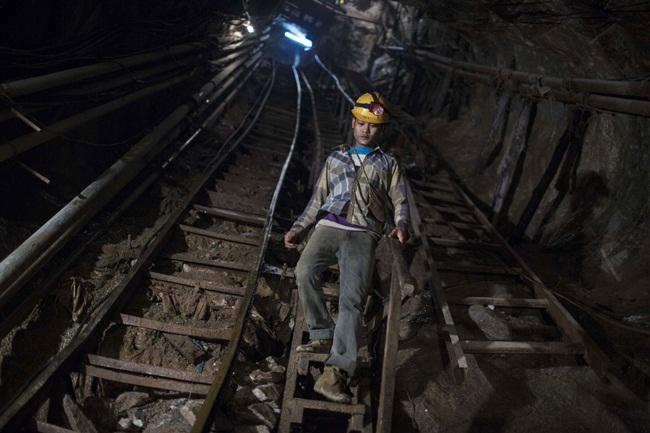 Các công nhân khai thác dùng khoan và thuốc nổ để phá đá và dùng ròng rọc đưa đá lên. Công nhân làm nghề này kiếm được khoảng 200 USD/tháng (~4,6 triệu đồng)(số liệu tính đến năm 2016).