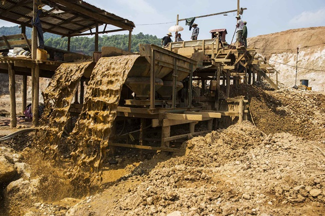 Phương pháp khai thác phổ biến ở Mogok là khai thác lộ thiên. Lượng lớn đất đá được thu thập, máy sẽ phân loại để tách đất ra khỏi đá quý.