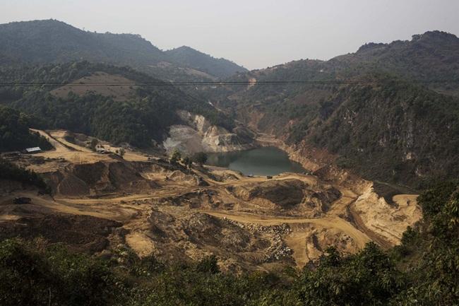 Mộttrong số hàng nghìn mỏ khai thác đá quý ở Mogok. Pháp luật Myanmar cho phép các nhà đầu tư nước ngoài liên doanh với các công ty trong nước để khai thác.