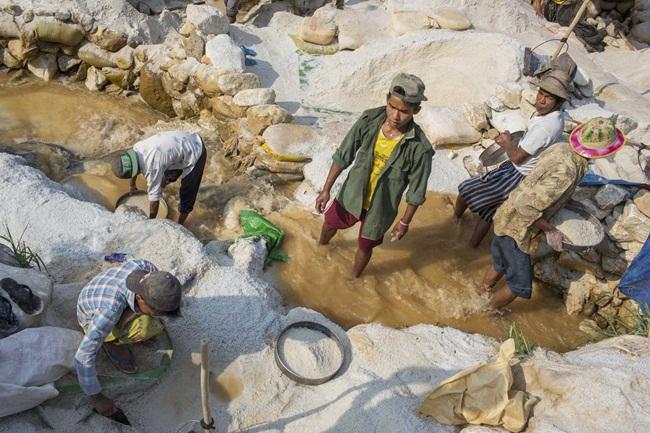 """Nhiều cư dân ở Mogok dùng tay tìm kiếm """"kho báu"""" bị bỏ trong nước thải ra hay đá bỏ đi."""