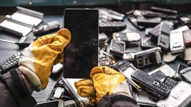 Rác thải điện tử bao gồm cả điện thoại di động, TV và máy tính cũ - được cho là chứa tới 7% tổng số vàng của thế giới.